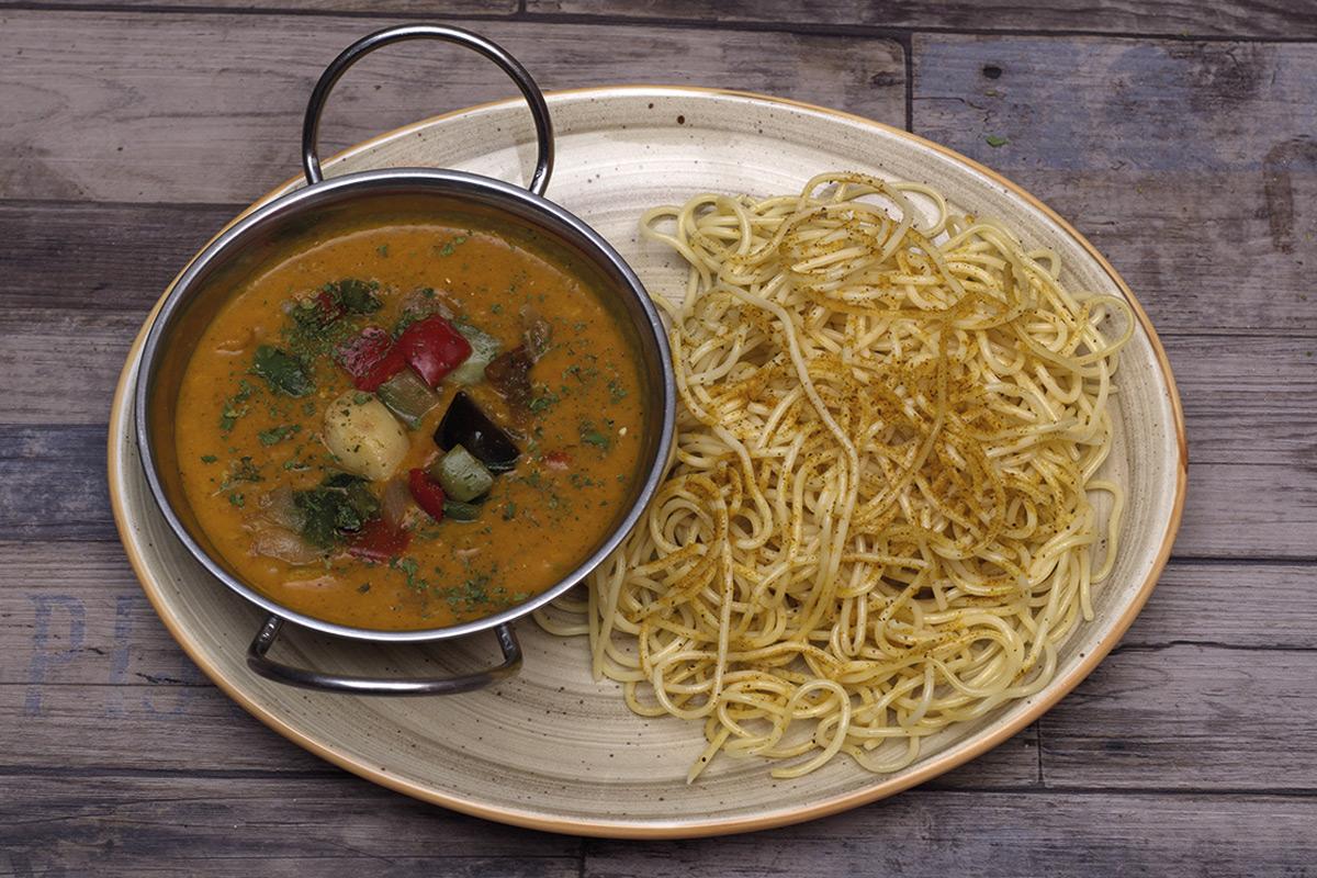 Café del Tíbet Zaragoza. Platos especiales hindúes y tibetanos: Verduritas al Curry con Pasta.